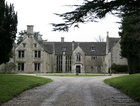 Real Life Haunted Houses   Haunted house: Chavenage is said to have a lot of spiritualactivity