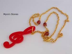 Chiave di violino rossa, catenina dorata e mezzicristalli bicolore