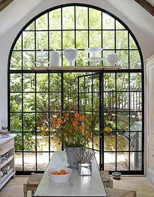 Casa Rústica: puerta ventana de vidrio con forma de arco