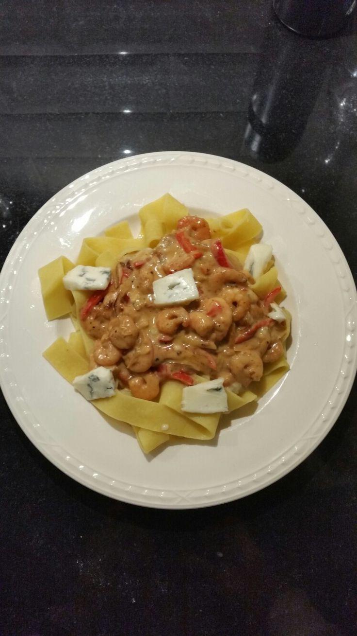 Pappardelle pasta met gamba's, ui, knoflook en zoete paprika met een saus van gorgonzolakaas. Heerlijk en makelijk te maken gerecht.  Ik doe er vaak een tomatensalade bij.