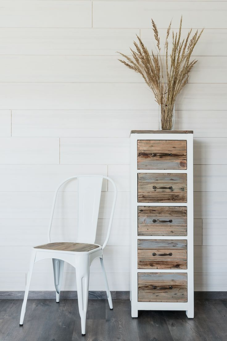 Semarang mallistoon kuuluva kapea lipasto. Chest of drawers made from reclaimed wood