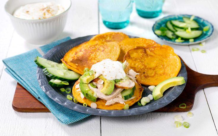 En spennende vri på pannekaker med søtpotet og krydder med smak av India. Grillet kylling og avokado gjør dette til et mettende måltid.