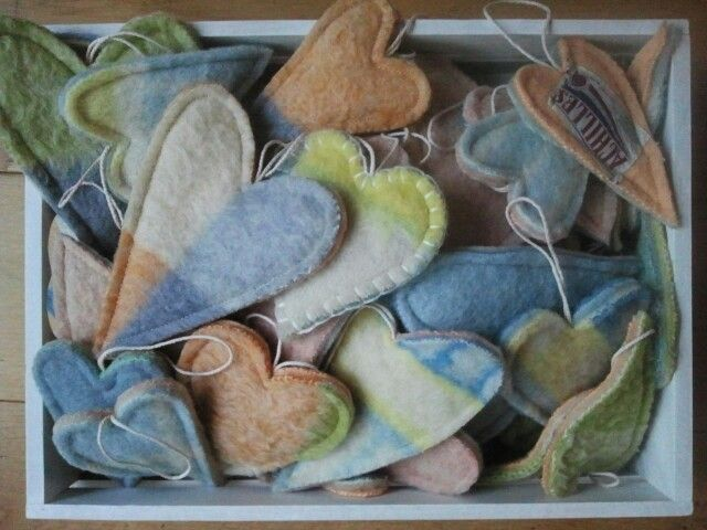 Harten gemaakt van oude wollen dekens. Hartjes