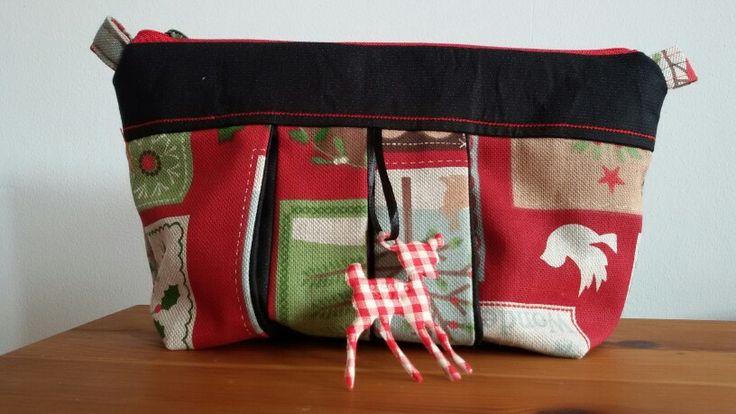 Wer kennt das nicht, so viele kleine Dinge in der Handtasche,oft findet man nicht was man sucht und damit die Sucherei ein Ende hat kommt alles in die kleine.