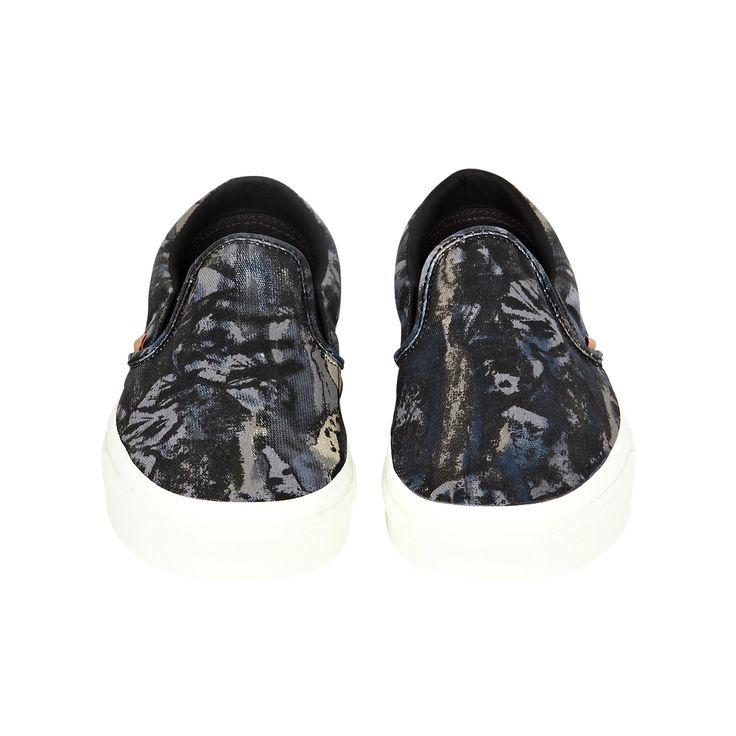 Classic slip-on nature camo sneakers, 80,00€.