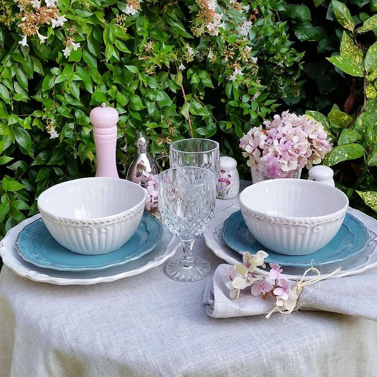 Loza provenzal, copas de vidrio talladas, pimenteros y las hermosas flores rosadas se conjugan para crear una preciosa mesa de verano. En nuestra tienda online www.labellezadelascosas.cl