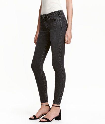 Nearly black. Ett par ankellånga 5-ficksjeans i stretchig, tvättad denim. Jeansen har extra smala ben med dold dragkedja vid benslut. Låg midja.