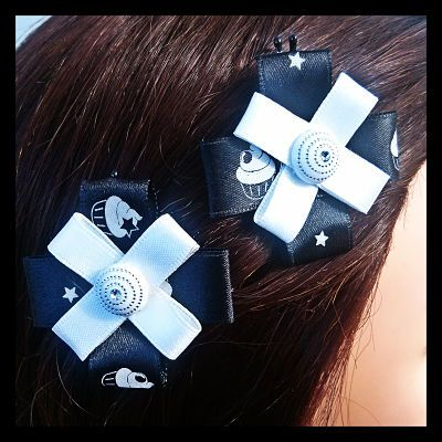 Cupcake print ribbon in black topped with white ribbon and an embellishment. This set of delicious looking bobby pins are seriously cute with their yummy cupcake design. Beautifully 'iced' with a silky white ribbon and coordinating centrepiece. 7 Sets Available. $7.50 per set.