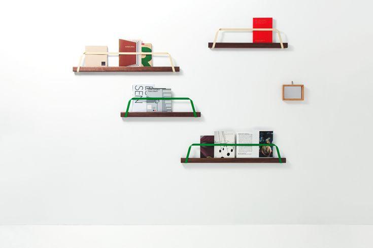 |DRILL Design ドリルデザイン|  壁面にオブジェや絵を飾るように、お気に入りの本や雑誌を飾るためのブックシェルフ。このシェルフは1本の木材と、1本のステンレスフラットバーという2つのパーツだけで成り立っている。フラットバーは木材を壁に固定する取付金具であると同時に、本の落下防止バンドとしての役割も担っている。  バッグの持ち手のように1本のテープを曲げたような形状は、それぞれの曲げ角度が適切な機能を持つように計算されている。  http://www.drill-design.com/work-furniture/tote