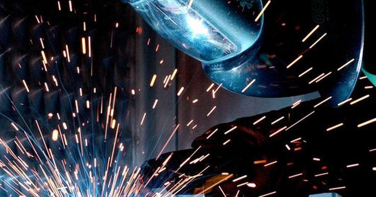 Como soldar ferro fundido com um soldador de arco. A soldagem é um importante componente de qualquer trabalho metalúrgico. Soldar ferro fundido com um soldador de arco é uma habilidade muito procurada, por causa da força de corte do ferro fundido e seu uso em vários projetos. Projetos de soldagem de ferro fundido variam de consertar um reservatório de aquecimento a soldar um rachamento em máquinas ...