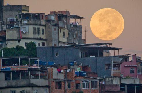 Le bidonville de Rio de Janeiro baigné par la lumière de la «super pleine lune», dimanche 6 mai 2012. Crédits photo : Victor R. Caivano/AP