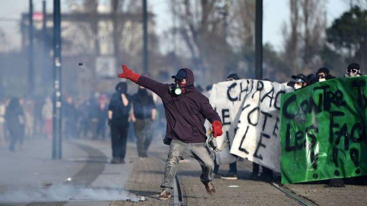 Demonstranten gooiden vuurwerk naar agenten en vernielden winkelruiten.