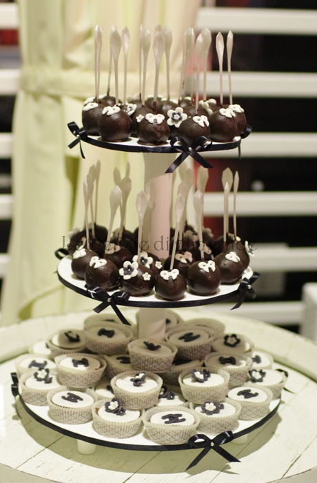 Le Delizie di Amerilde. Fashion cake. Chanel cupcake and cakepops. See more on www.ledeliziediamerilde.it