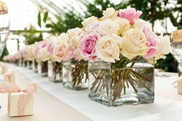 Rosen große Vasen arrangiert Tisch Deko kleine Geschenke Gäste
