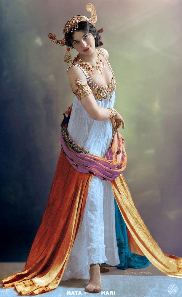 ماتا هاري (1876-1917)، هي أشهر جاسوسة في التاريخ الحديث. كانت راقصة هولندية، تم إعدامها من قبل الفرنسيين رميا بالرصاص بتهمة التجسس عليهم خلال الحرب العالمية الأولى لصالح ألمانيا، لتتحول بعدها إلى أسطورة. Mata Hari | Мата Хари, 1899