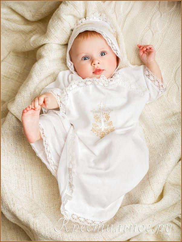 Длинная распашонка для Крещения ребенка с вышитым православным крестиком. Рубашка имеет покрой типа халат-кимоно с двумя парами завязок по бокам, подходит мальчикам и девочкам.