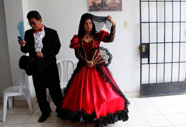 PERÙ - Sugli altopiani sopra Lima, le spose indossano degli sgargianti abiti rossi e neri, resi ancora più vistosi attraverso strati di cotone