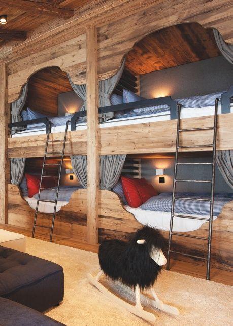 """La Master Suite et ses 184 m2 : balcon, âtre central, suite parentale et un fabuleux """"dortoir"""" pour quatre enfants."""