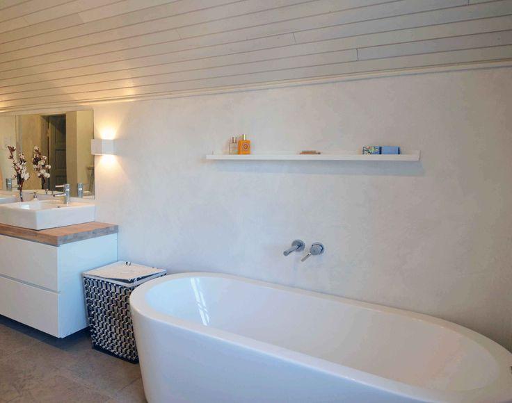 Kylpyhuoneessa kaksivärinen, sileä Toscana-hartsipinta. Hartsia voi käyttää myös laatan parina. www.bellearti.fi #habitare2016 #design #sisustus #messut #helsinki #messukeskus