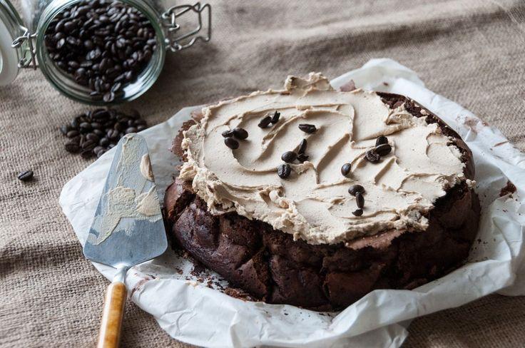 Συνταγή για κέικ με καφέ από τον Άκη Πετρετζίκη. Φτιάξτε ένα αφράτο κέικ για να το συνδυάσετε με τον πρωινό σας καφέ. Ειδικά οι λάτρεις του καφέ θα το λατρέψετε