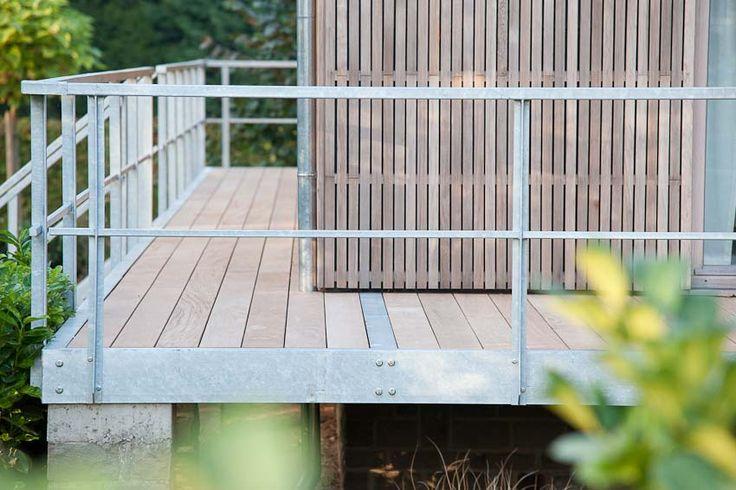 Bardage en bois de cèdre ton naturel ajouré. Terrasses en bois exotique IPE ton naturel et acier galvanisé (ossature, garde corps et escaliers).