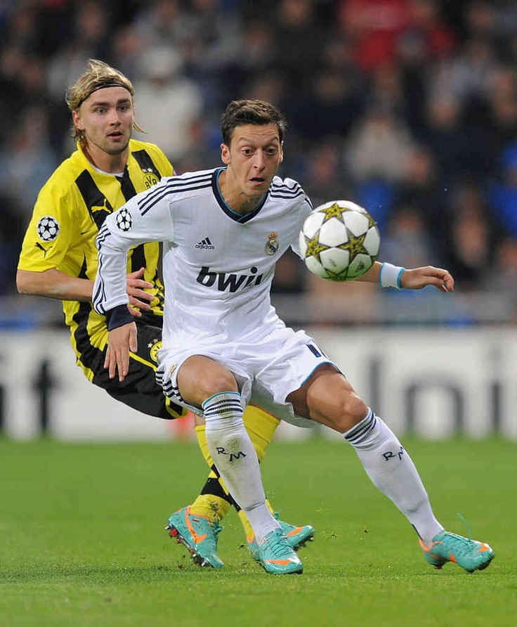 Mesut ozil charging towards the goal .He walked off the pitch as a second half substitute to standing ovations in his first two games as a starter at the Santiago Bernabéu 844×1024,750×950,950×650 http://nirhara.com/mesut-ozil-hd-desktop-wallpaper-gallery-2/