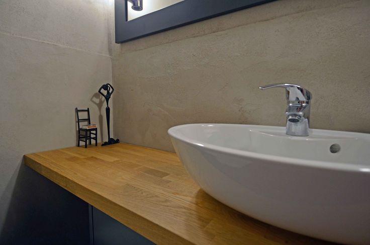 Rouhean rustiikkinen kalkkipinnoite WC-tilassa. Suojattu kestämään vettä. www.bellearti.fi #habitare2016 #design #sisustus #messut #helsinki #messukeskus