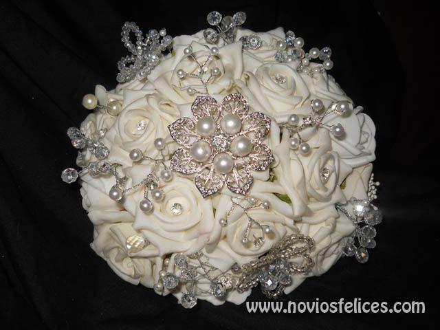 Bouquet de novia de rosas blancas de goma eva con broches vintage plateados y adornos realizados con abalorios y alambre de florista en color plata