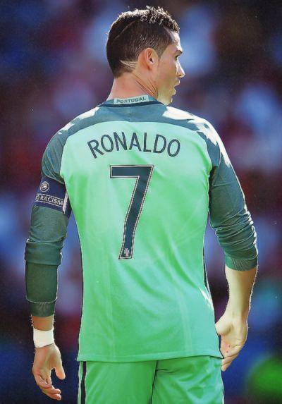 Cristiano Ronaldo http://celevs.com/the-10-best-pics-of-cristiano-ronaldo/                                                                                                                                                                                 Más
