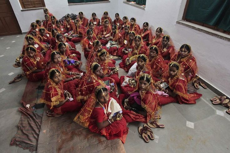 IlPost - Bahirkhand, India - Un gruppo di spose attende in una stanza prima di un matrimonio di massa a Bahirkhand, India  (AP Photo /Bikas Das)