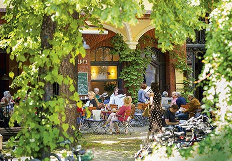 """Laisser-faire in einem der alteingesessenen Cafés am Stuttgarter Platz, von den Anwohnern liebevoll """"Stutti"""" genannt. #Wohnen #Berlin"""
