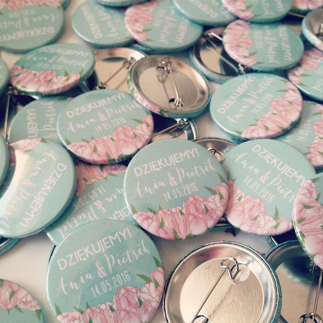 PinLove  #przypinki jako #podziękowania dla gości weselnych #pins #pinlove #badzik #przypinka #pin #projektślub #workshop #sesja #zdjęcia #dodatkislubne #weddingdecor #weddingdetail #wedding #love #dekoracjeslubne #design #detale #ślubne #lovepins #pastelpink #mint #mięta #pastel