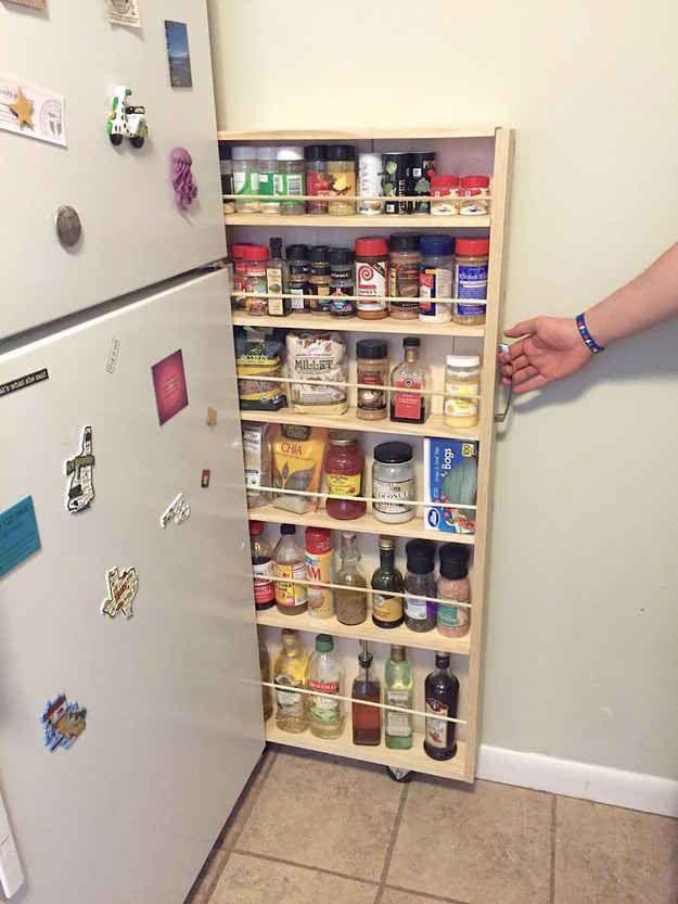 Desliza una alacena rodante en el espacio extra al lado del refrigerador.