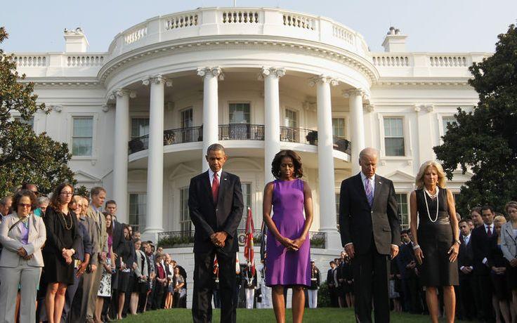 """A 12 anni dall'attacco terroristico, il ricordo delle quasi 3mila persone rimaste uccise. Manifestazioni da Ground Zero alla Casa Bianca. Qui il momento di silenzio con la coppia presidenziale, il vicepresidente Joe Biden e la moglie Jill -11 settembre, Obama: """"Siamo più sicuri, ma restiamo vigili"""""""
