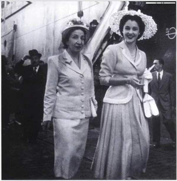 فـــرنســـا ١٩٤٦ الأميرة فائزة إبنة الملك فؤاد الأول وشقيقة الملك فاروق الأول تتجول في أحد شوارع باريس Old Egypt Royal Family Royal