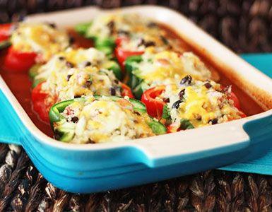 Pimientos al horno con quinoa, verduras y salsa de tomate cubiertos con crujiente queso cheddar para una comida sana y sabrosa. ¡Deliciosos!