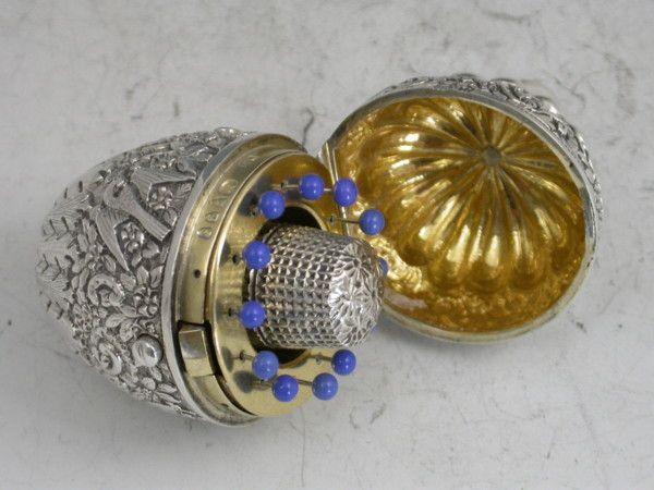 La importancia de la costura en épocas de antaño!!! Huevo de plata victoriana en forma de Etui (ALFILETERO) de costura!!! Quiero unoooooo!!!!!