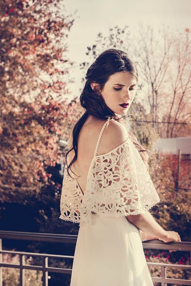 Vestido de estilo bohemio. #boxinwhite #vestidodenovia #novias #weddingdress #brides #weddingphotography #weddingstyle #romanticstyle #headpiece #weddingideas #lace #bohochic #bohobride #bohemian #bohemianstyle #macrame