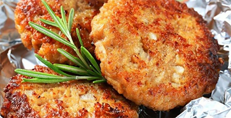 Echipa Bucătarul.tvvă oferă o rețetă economică de pârjoale, care sunt extrem de gustoase, foarte suculente și pufoase. Aceste pârjoale sunt atât de delicioase, încât nu-ți dai seama la început că sunt preparate și din alte ingrediente banale, nu doar din carne. Această rețetă este pentru toate buzunarele, încercați-o neapărat și veți fi încântați de rezultat. …
