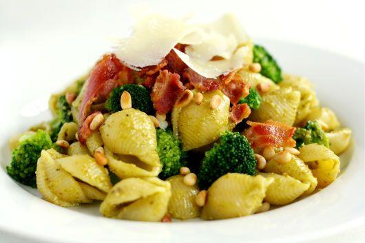 Pasta med pesto, broccoli og bacon | foodfanatics opskrifter