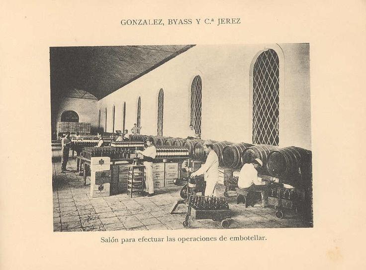 Salón para efectuar las operaciones de embotellar. / Hall for carrying out bottling operations.
