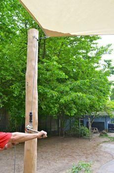 Sonnensegel an Holzpfahl aus Robinie befestigen und spannen