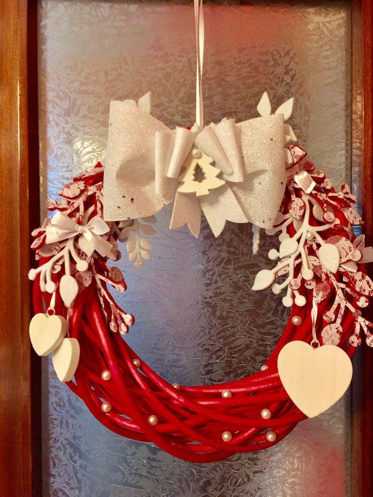 Ghirlanda in midollino rosso, con decorazioni bianche e rosse con pizzo e cuoricini in legno bianco!