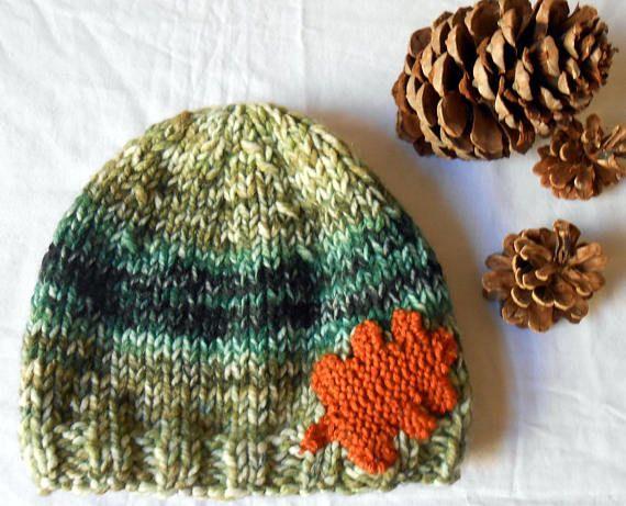 192b6ef05fc5 Bonnet homme en laine tricotée main vert décor feuille de   Idées ...