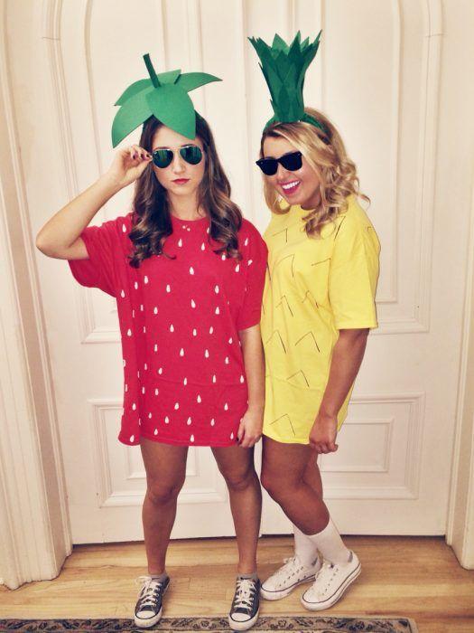 dos mujeres vestidas de dulces