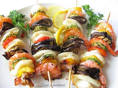 Spiedini di gamberi e calamari con verdure grigliate
