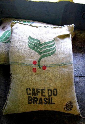 Café do Brasil, almofadas que parecem sacas de café   Tipografia/Cores