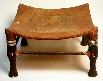 Taburete de madera con asiento de tela estocada. #egipto #taburete