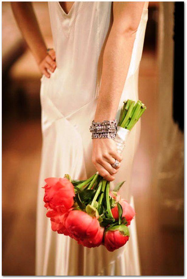 La elegancia de un ramo de novia con peonías. Escoge tallos largos y la flor en tono coral intenso. Descubre más ramos de peonías aquí.