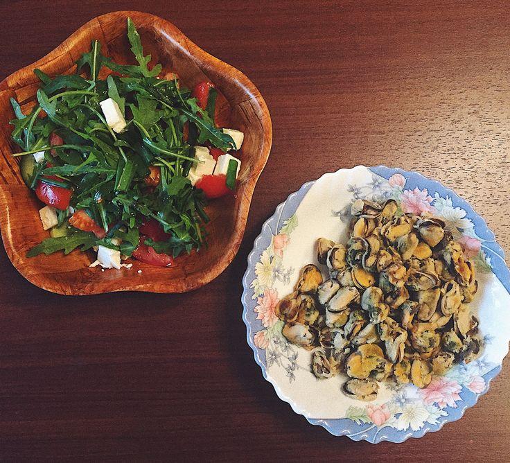 Овощной салатик и отварные мидии
